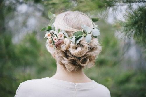 Corona di fiori nell'acconciatura da sposa