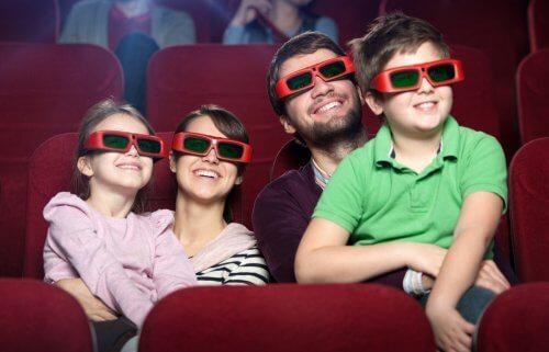 famiglia guarda un film 3D al cinema