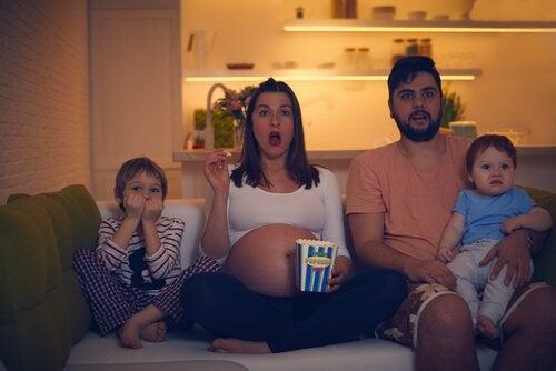 Famiglia che guarda un film