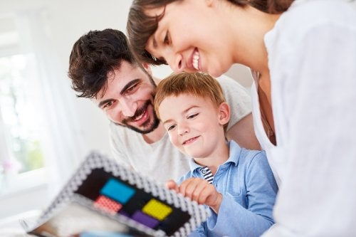 famiglia felice guarda un album di foto insieme