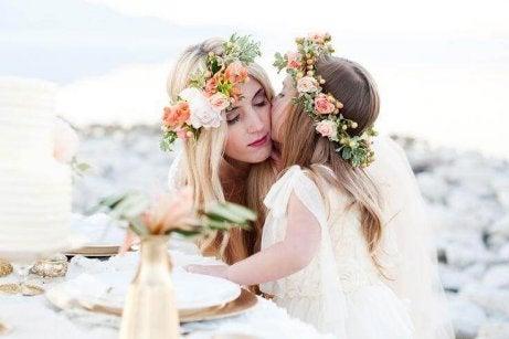 Madre e figlia con ghirlande di fiori