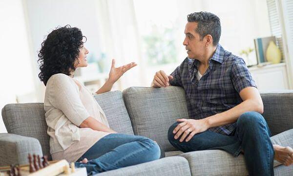 Le madri chiedono che i mariti le aiutino nei lavori domestici