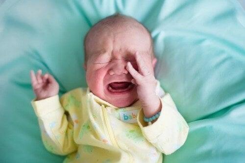 Perché i neonati si svegliano piangendo all'improvviso?