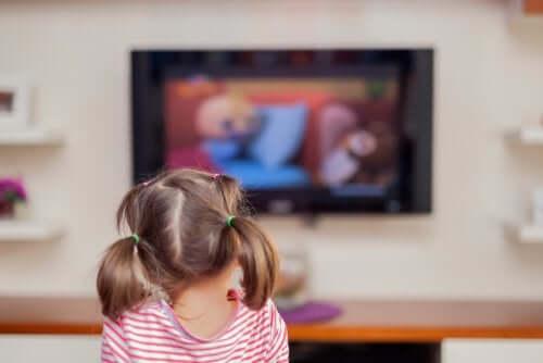 Bambina che guarda la televisione per molto tempo
