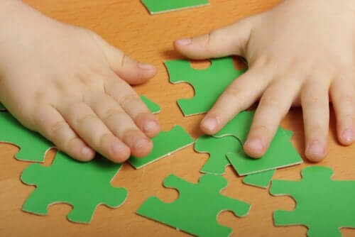Bambino costruisce un puzzle