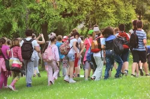 Bambini fanno escursione nella natura