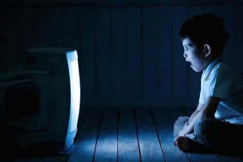 Troppa televisione fa male ai bambini, lo dice l'OMS