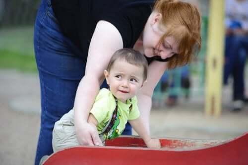 Bimbo gioca con sua mamma