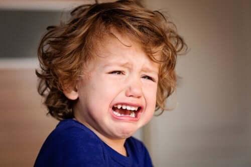 Bimbo piange per attaccamento insicuro