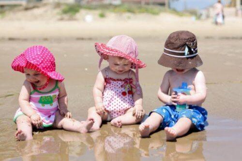 bimbe in spiaggia