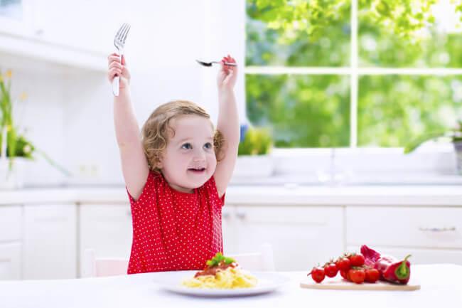 mangiare dal piatto degli adulti è una tentazione irresistibile
