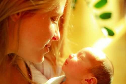 Gli abbracci della madre calmano il dolore dei bebè prematuri