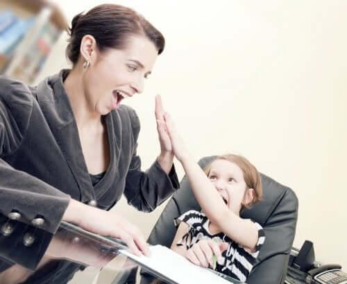 Mamma e figlio battono il cinque, come crescere bambini con una sana autostima