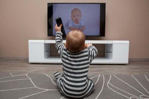 Neonato guarda la televisione