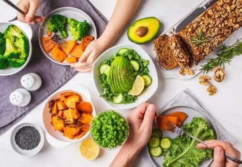 Pranzo vegetariano a tavola in famiglia