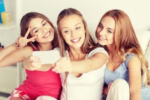 Ragazze adolescenti che fanno un selfie