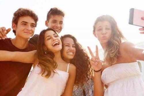 Amici adolescenti che fanno un selfie