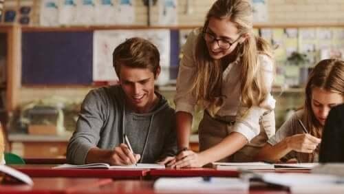 insegnante e alunno studiano modello curricolare