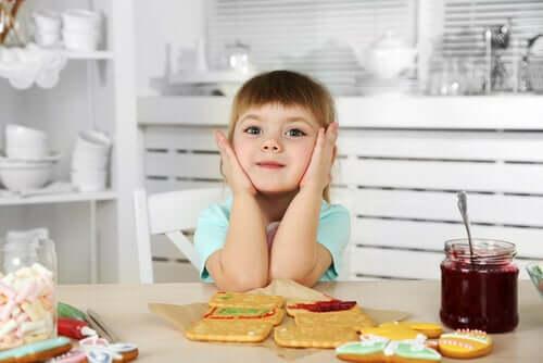 bambina con celiachia che prepara la merenda
