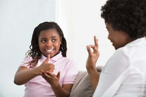 bambina che usa la lingua dei segni con la madre