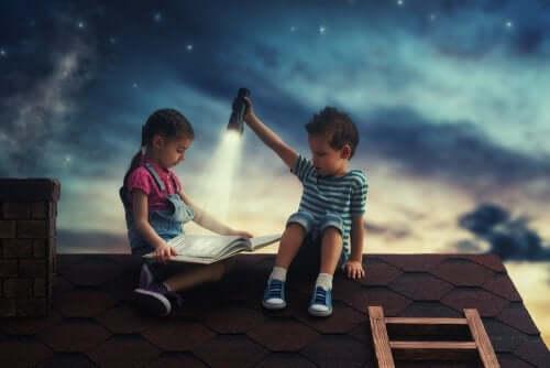 Bambini che leggono sul tetto
