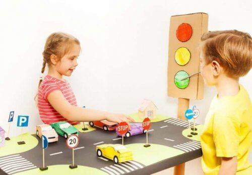 i bambini imparano i segnali stradali