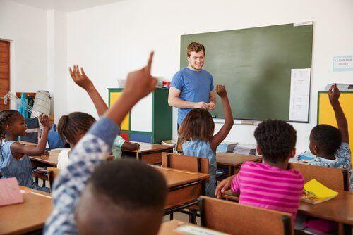 insegnante che gestisce le classi con molti alunni