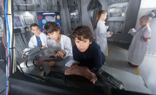 bambini che giocano in un escape room