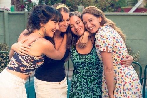 amiche che si abbracciano e ridono
