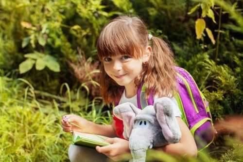 bambina con elefante peluche e libro oggetti transizionali