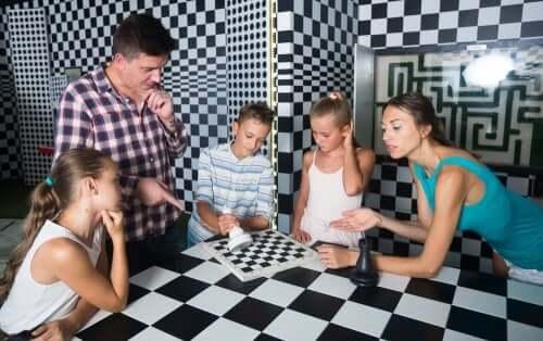 padre che gioca con i figli in un escape room