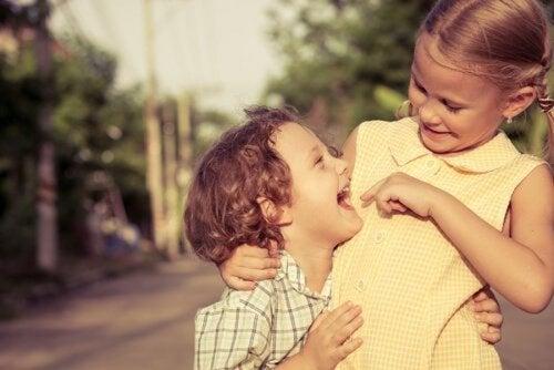 Fratelli che si abbracciano e ridono