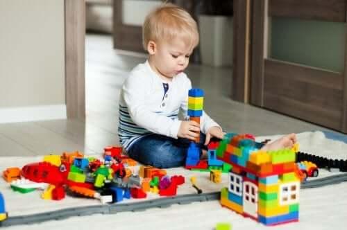 durante la fase infantile, l'attenzione nei bambini diventa un'attività volontaria
