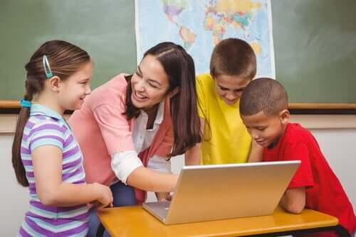 Maestra e bambini davanti al computer