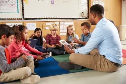 maestro con bambini usano le tic in eta prescolare