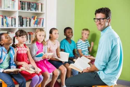 Maestro e alunni che leggono