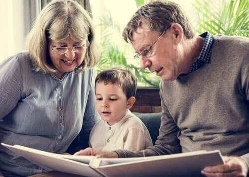 Nonni che leggono una storia