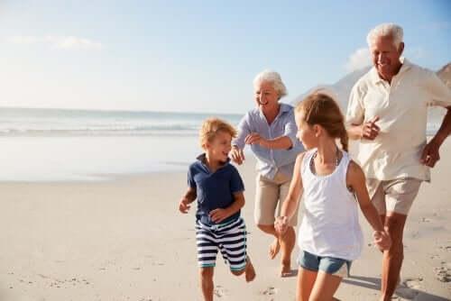 Nonni e nipoti che corrono felici sulla spiaggia il ruolo dei nonni
