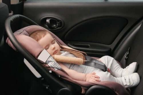 normative seggiolini auto bambino che dorme