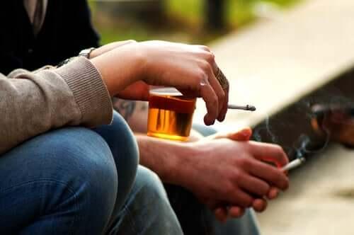 il compimento dei 18 anni comporta il diritto di consumare alcolici e tabacco
