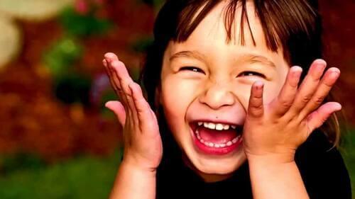 Bambina che ride