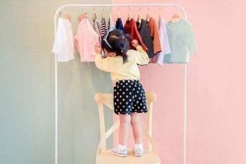 Bambina che sceglie abbigliamento