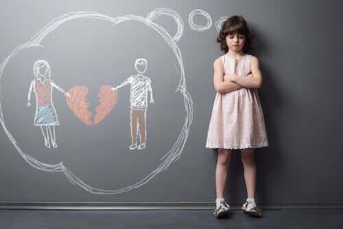 Bambina che pensa alla separazione dei genitori