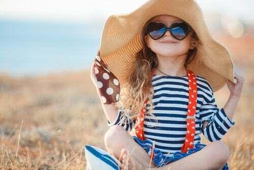 Bambina che sceglie i vestiti da indossare