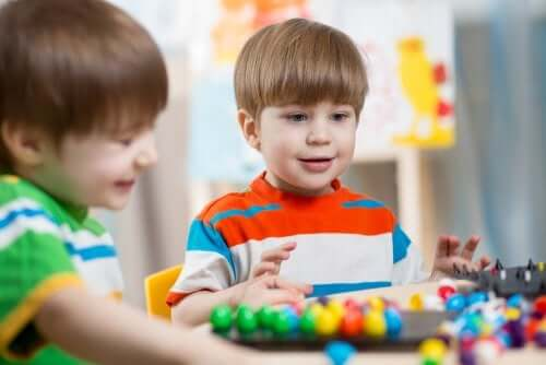 Bambini che giocano nella ludoteca