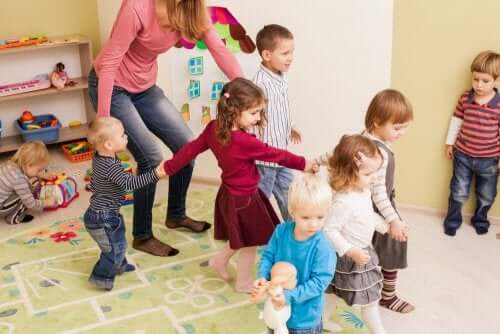 Bambini che fanno il girotondo in classe
