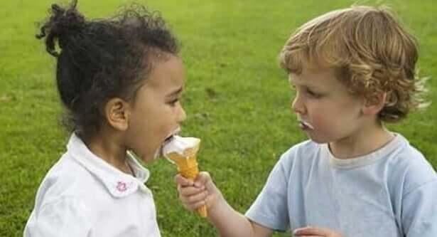 Bambini condividono gelato