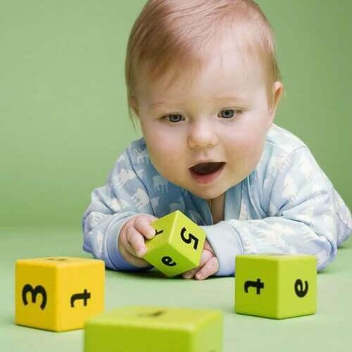 Bambino gioca con dei dadi