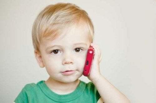 L'uso del cellulare può causare un ritardo del linguaggio
