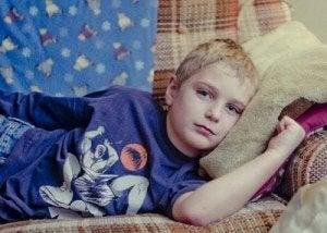 Bambino sul divano